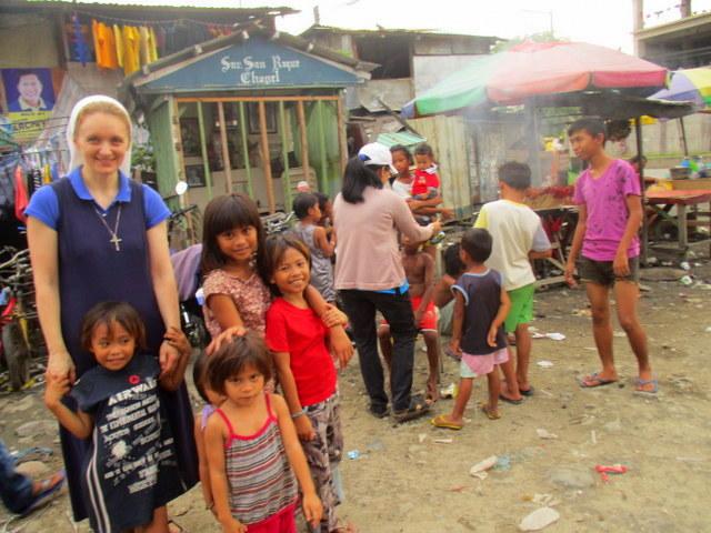 С. Світлана у бідному районі на Філіппінах
