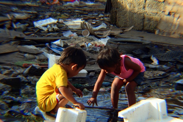 Діти на смітнику