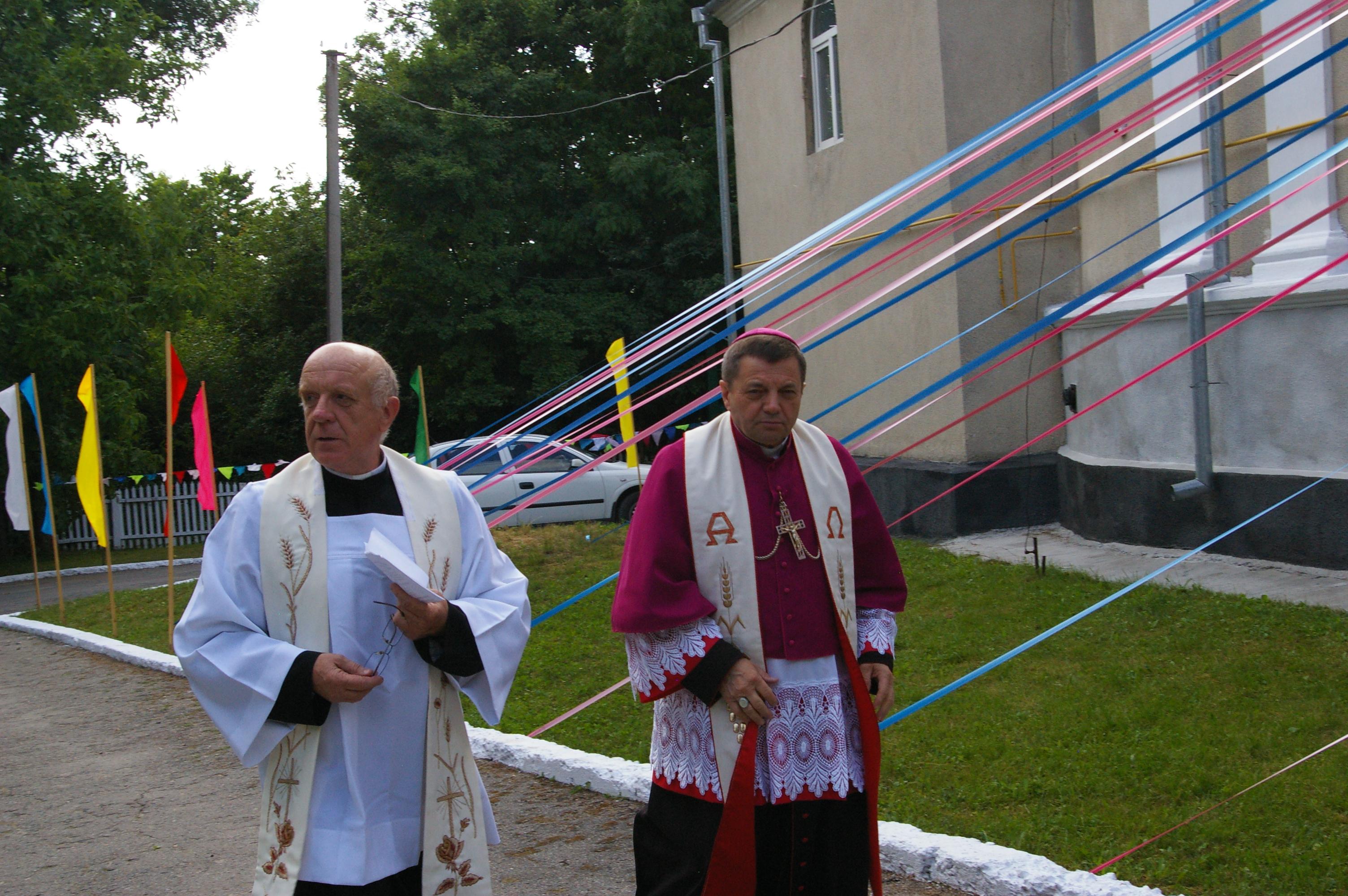 о. Адам Кручинські, SVD (ліворуч), місіонер та з о. єп. Леоном Дубравським