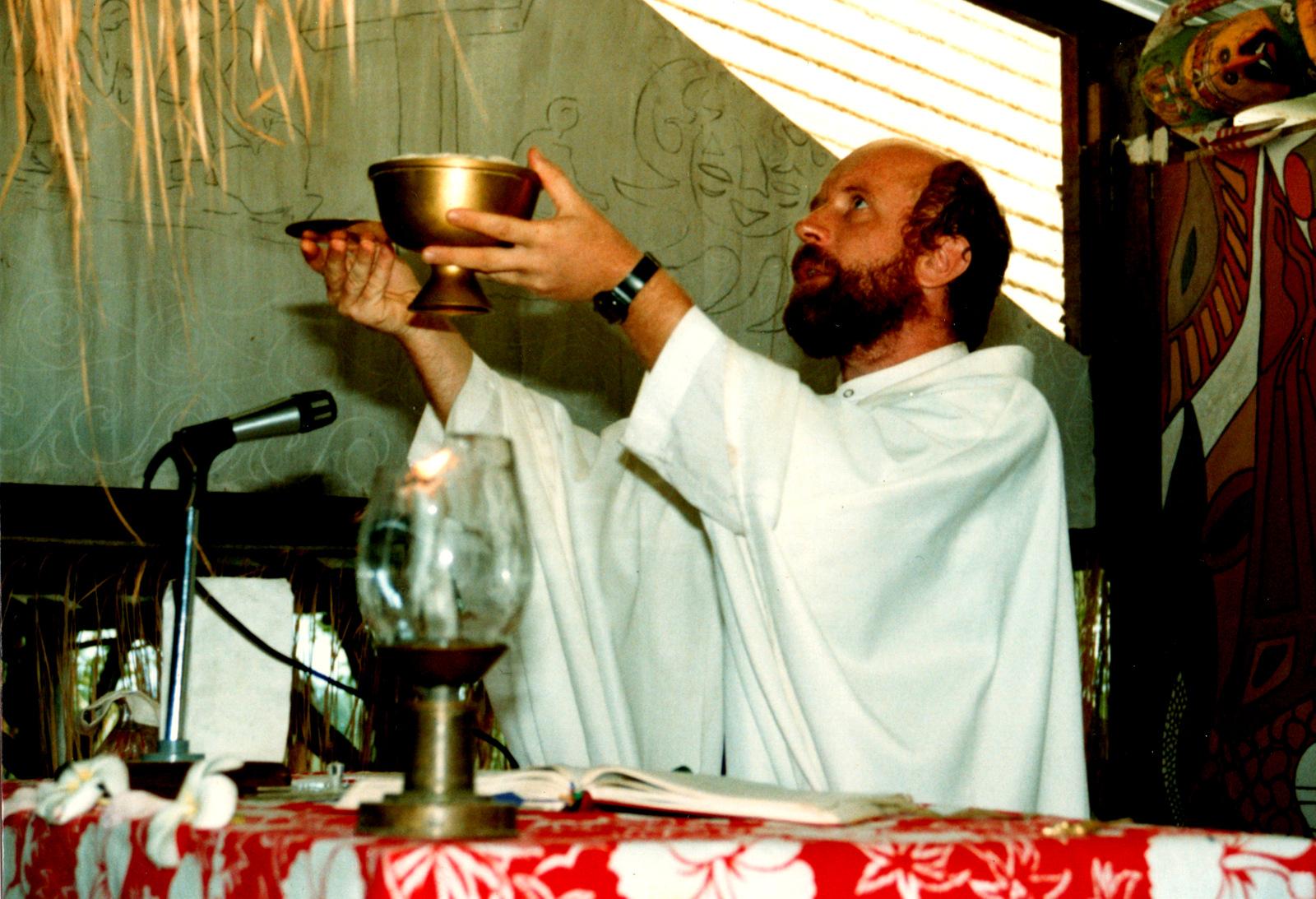 О. Адам під час Святої Літургії
