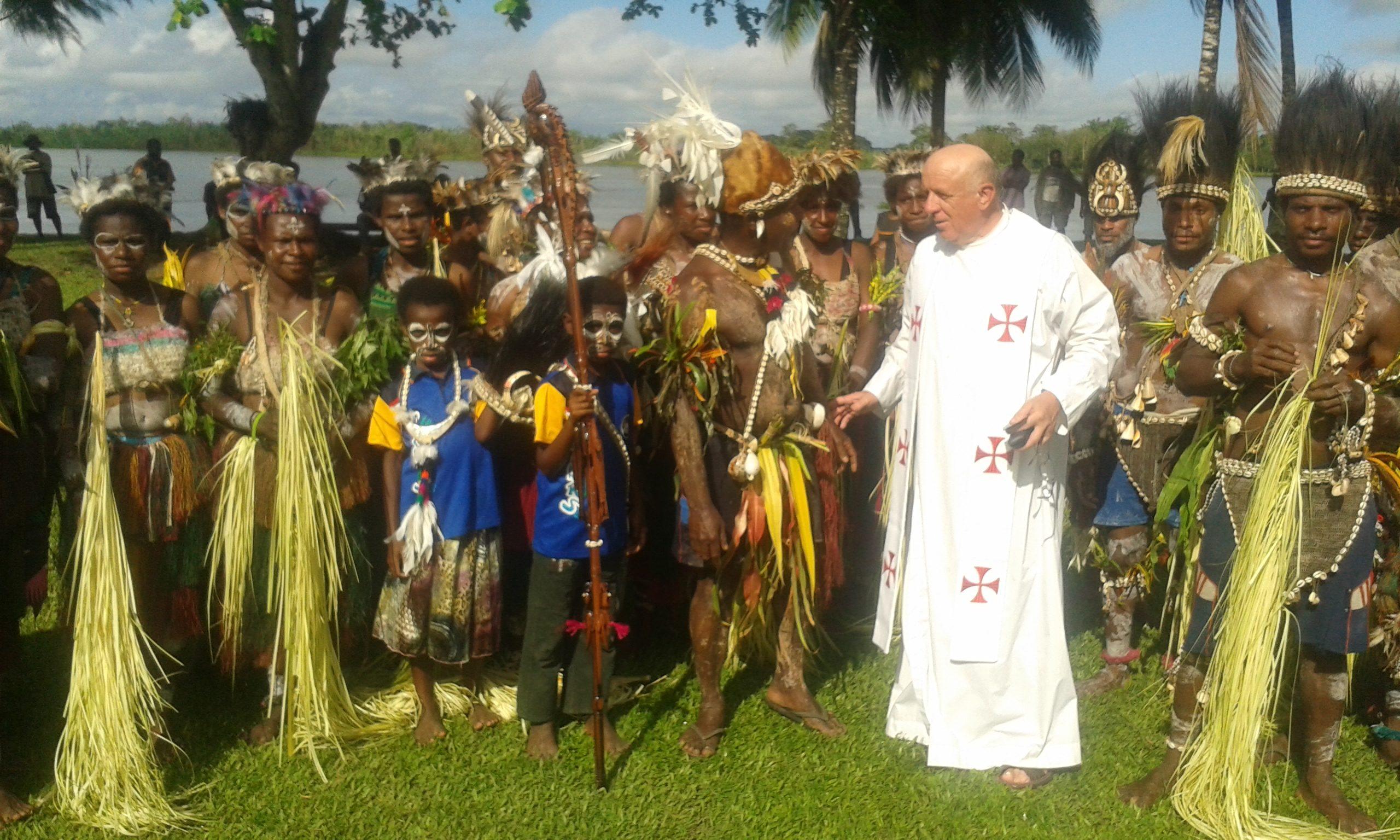 О. Адам Кручиньські SVD серед папуасів-католиків