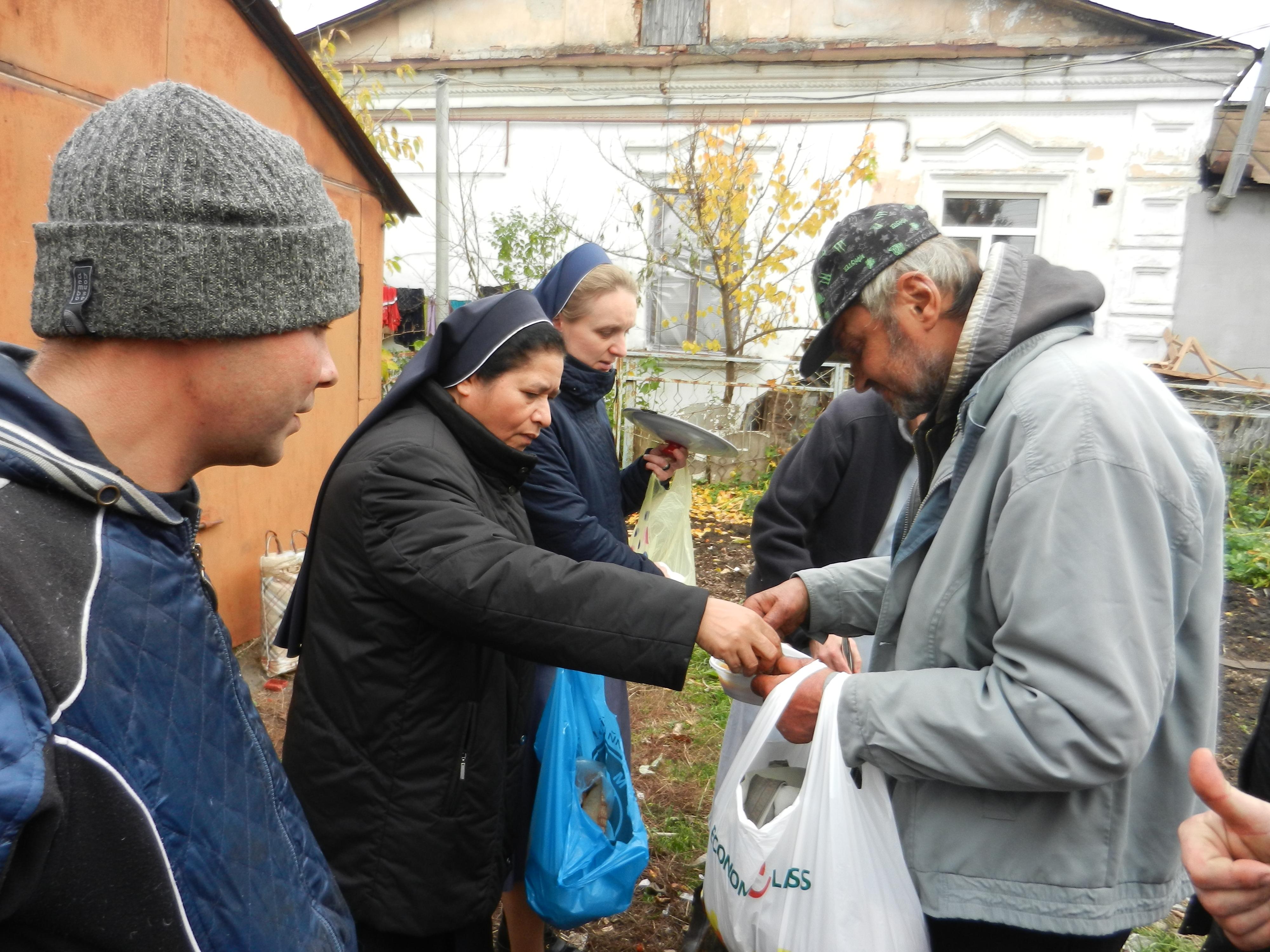 С. Мікаелін з риму роздає обід на вулиці у Хмельницькому