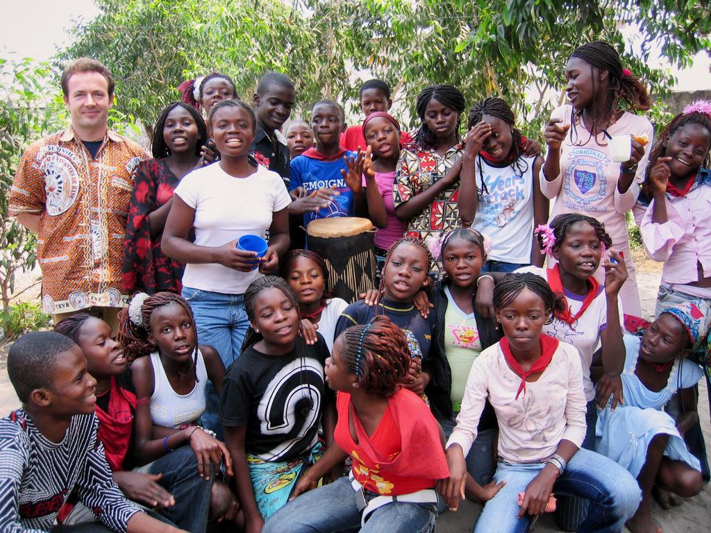 Місіонер SVD з молоддю з Конго
